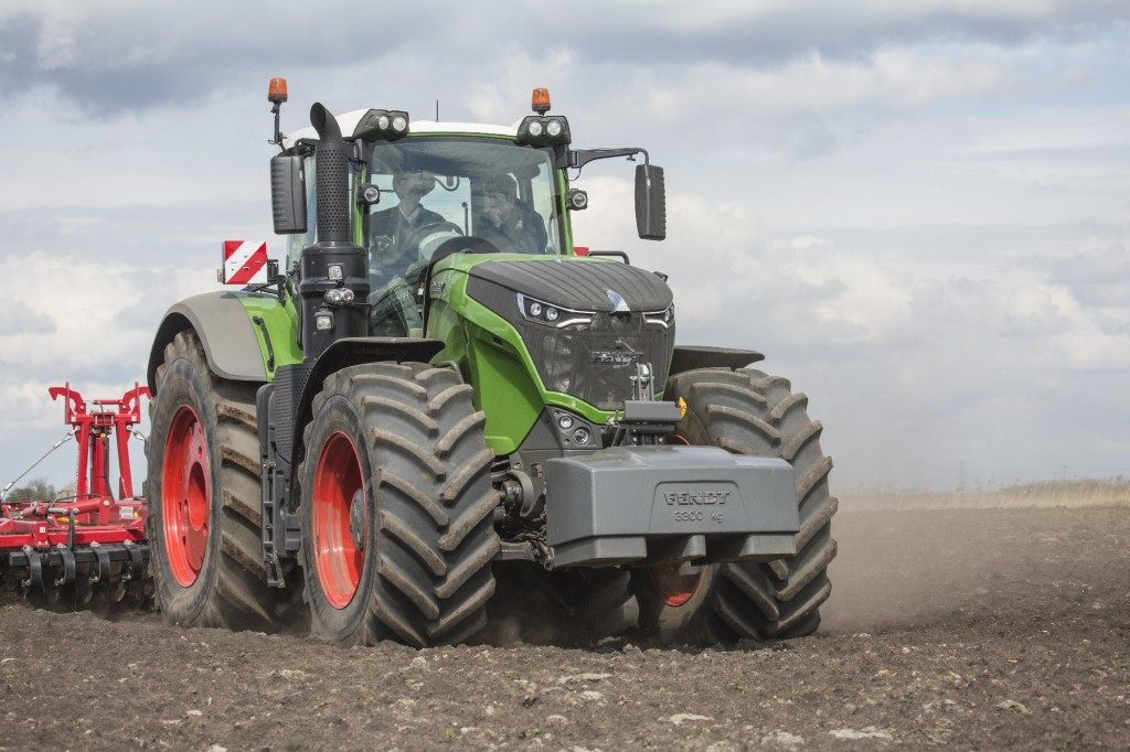Fendt-1050-tractor-cultivating